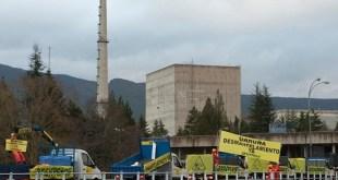 Activistas de Greenpeace con maquinaría de construcción acuden a Garoña para iniciar el desmantelamiento. (c) Greenpeace/Mario Gómez