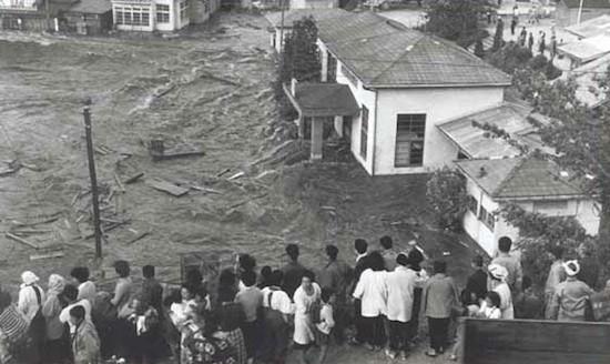 Foto de archivo de un tsunami en Chile en 1960