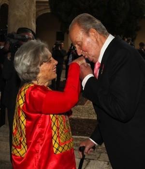 Don Juan Carlos saluda a Elena Poniatowska en la ceremonia del Premio Cervantes en Alcalá de Henares