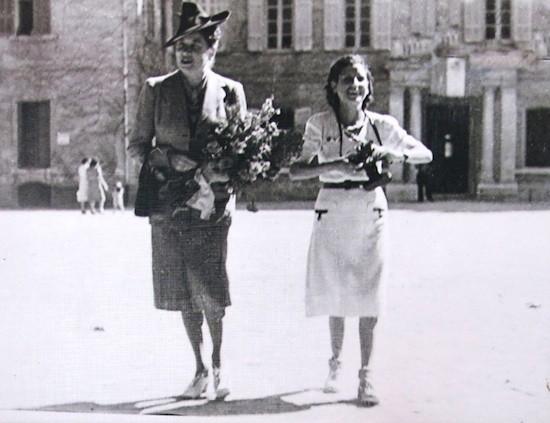 María Luisa M. de Bosques y la fotógrafa española a quien se atribuye la autoría de gran parte de las imágenes expuestas. Lamentablemente se desconoce su nombre