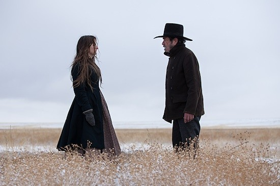 Hilary Swank y Tommy Lee-Jones en una escena de Homesman