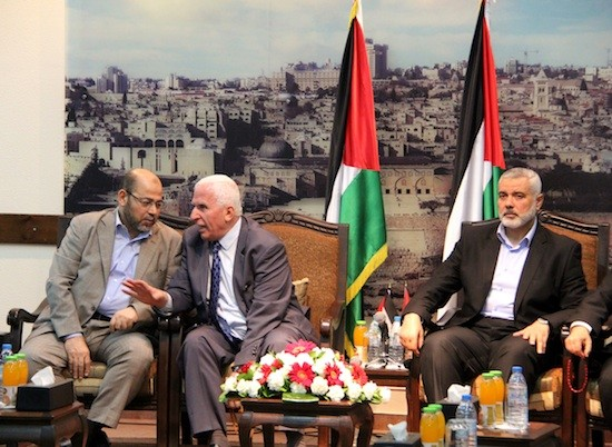 El primer ministro de Gaza, Ismail Haniya (derecha), Azzam al Ahmad, funcionario de Fatah a cargo de la reconciliación (centro) y un alto dirigente de Hamás, Musa Abu Marzoq, en la reunión donde se firmó la reconciliación. Crédito: Khaled Alashqar/IPS