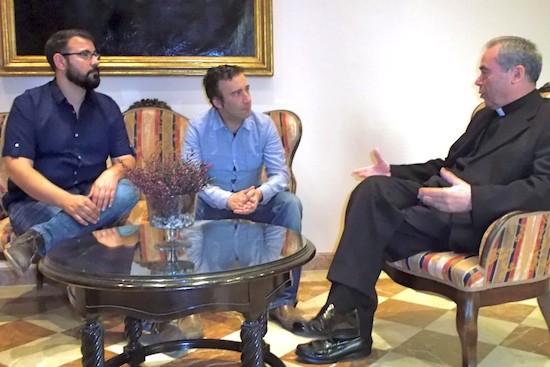 Reunión de Peco Ramírez y Antonio Ferre, de Colegas LGTB con elk obispo de Málaga, Jesús Catalá
