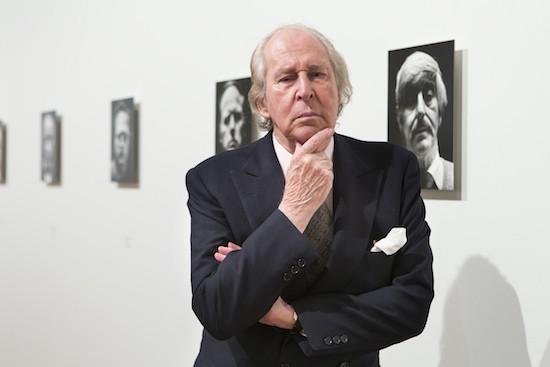 Alberto Schommer posa en el Museo del Prado con su exposición 'Mäscaras'