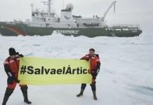 Bardem y Ammann extienden la pancarta en defensa del Ártico delante del rompehielos Esperanza, de Greenpeace.
