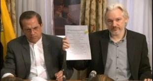 Julián Assange y el canciller de Ecuador, Ricardo Patiño, durante una rueda de prensa en Londres. / Foto: Andes