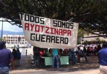 Pancarta de apoyo a las familias de los estudiantes desaparecidos en Guerrero