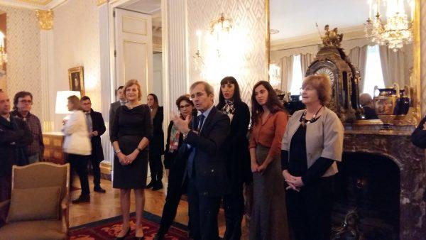"""TIFE 17. El embajador St. Geours, con Rossy de Palma y Silvia Pérez Cruz, hablando de los nuevos tapices """"Femme à la toilette"""". 02/02/17 Madrid"""