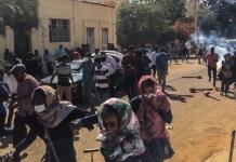 Manifestantes huyen tras una carga policial con gases lacrimógenos
