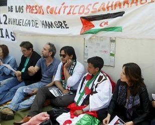 García Montero, primero por la izquierda, en un acto prosaharaui en junio de 2012