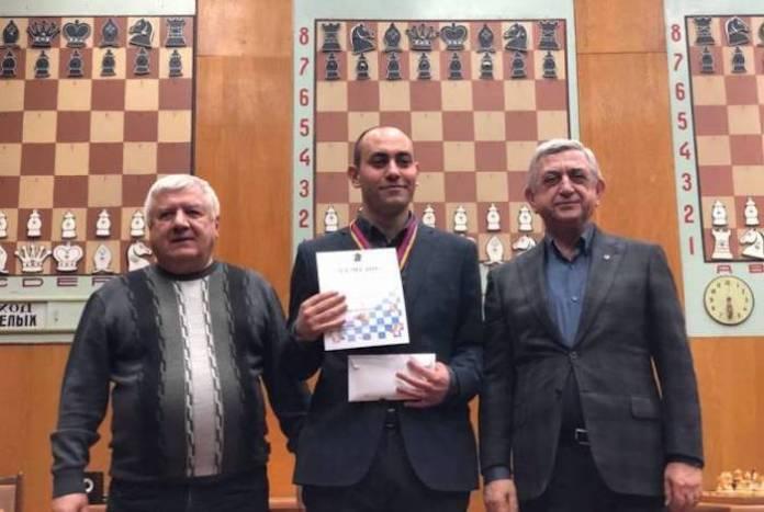 A la derecha, el expresidente, Serge Sarkissian junto al came`peón armenio de ajedrez en el centro.