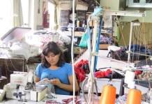 """María Reina Gutiérrez viajaba de su natal Bolivia a la capital de Argentina junto con su pareja y su cuñado, los tres """"contratados"""" por un taller textil ilegal, cuando el bus volcó, los dos hombres perdieron la vida y ella una pierna. La obligaron a trabajar en silla de ruedas en condiciones esclavas y finalmente la echaron. Ahora gracias a una cooperativa solidaria, cose """"ropa limpia"""" de trata de personas y sabe defender sus derechos laborales y humanos. Crédito: Fabiana Frayssinet/IPS"""