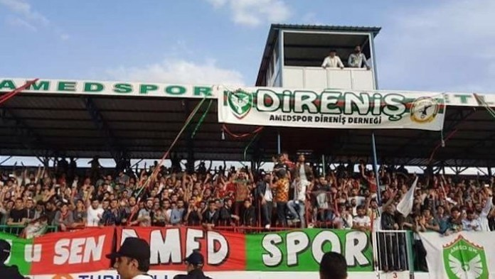 La grada Direnis (Resistencia) en el estadio del equipo kurdo.