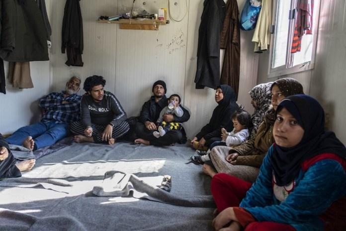 """MSF/Anna Pantelia: Iman (que no aparece en la foto) huyó de Irak con tres generaciones de su familia, 13 miembros en total.Ahora viven en el punto de acceso de Vial en Chios: """"Tenemos problemas con la electricidad y el agua y no tenemos buenos servicios. Somos trece personas que viven en un solo isobox, vivimos uno encima del otro. Tengo diabetes y mi esposo tiene dificultades para respirar. Vamos al médico y nadie nos cuida. Les decimos que con estos problemas de salud no podemos vivir en un isobox y nos dicen 'Este es el lugar que tenemos para ti. No me gusta que puedas ir a alquilar algo en la ciudad'. Vinimos a Europa huyendo de la guerra, y así es nuestra vida ahora""""."""