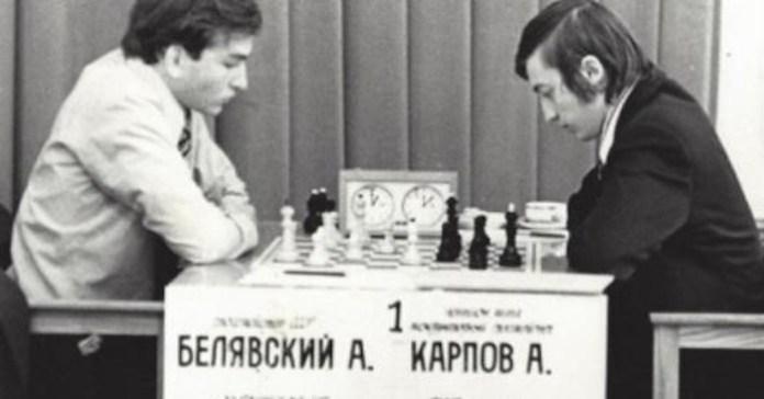 Beliavsky juega ante uno de los campeones del mundo al que ganó, Anatoli Karpov, en una imagen retrospectiva.
