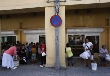Un grupo de clientes hace fila para adquirir productos cárnicos en el exterior de una tienda donde se puede comprar en divisas, en el barrio de Centro Habana, en la capital de Cuba. Las proteínas animales son de los productos de los que se observa desabastecimiento en el país. Crédito: Jorge Luis Baños/IPS