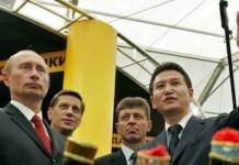 El presidente de la FIDE en 2016, Kirsan Ilyumzhinov, junto a Putin