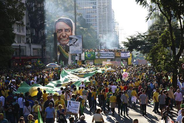 Una de las manifestaciones del 26 de mayo en Brasil, en respaldo al gobierno de Jair Bolsonaro y a la reforma previsional en trámite parlamentario. La propalación de banderas y la vestimenta de los participantes con los colores nacionales de amarillo y verde, así como efigies del presidente, como en esta protesta de Sao Paulo, reflejan una movilización muy organizada, que tuvo menos participación que la opositora del 15 de mayo. Rovena Rosa/Agência Brasil