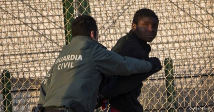 Migrante subsahariano detenido y devuelto a Marruecos tras saltar la valla de Melilla, mayo 2014. © AP/Santi Palacios