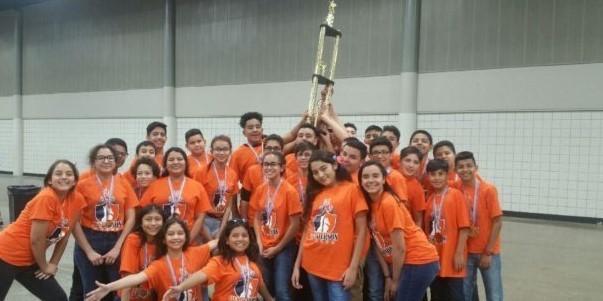 Equipo escolar de la Henderson Middle School con el campeonato de 2018