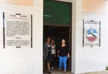 Las psicólogas Valia Solís, (I), Roció Fernández (C) y Maibenis Aderreberes (D) brindan atención especializada sobre violencia de género a las mujeres o parejas que acuden a la consulta dentro del ecuménico Centro Cristiano de Reflexión y Diálogo, en la ciudad de Cárdenas, en el occidente de Cuba. Crédito: Jorge Luis Baños/IPS