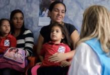 UNICEF / Velasquez La directora de comunicación de UNICEF habla con una madre que ha llevado a su hija a un examen nutricional en una escuela a las afueras de Caracas, Venezuela