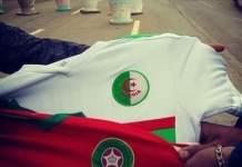 Aficionados muestran las camisetas de la selección de Marruecos y Argelia.