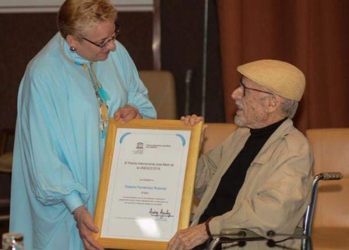 El poeta cubano Fernández Retamar en uno de sus últimos actos públicos, al recoger el premio de la Unesco el pasado enero