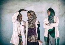 Fotos de jóvenes saharauis en la muestra 'En pie entre polvo y la arena' de Nuria González