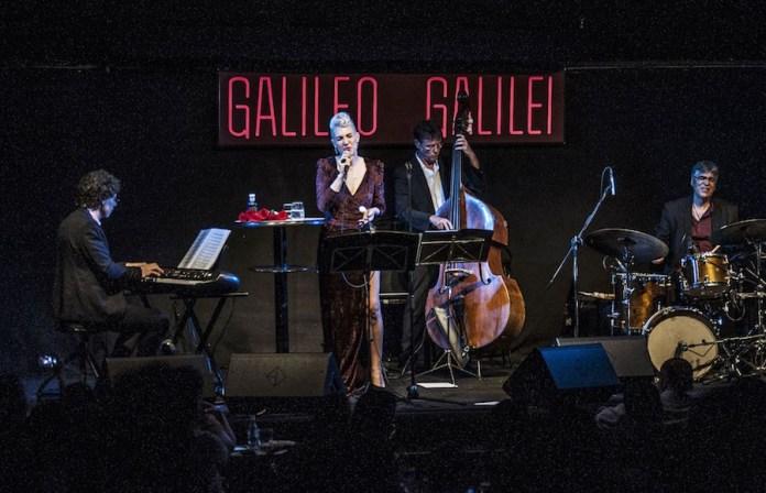 Karen Souza en Galileo Galilei