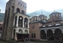 Monasterio de Rila en Bulgaria: torre antigua e iglesia de la Natividad.