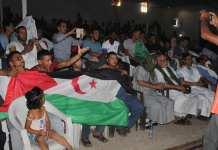 Saharauis luciendo su bandera siguiendo por la televisión la final de la Copa Africana