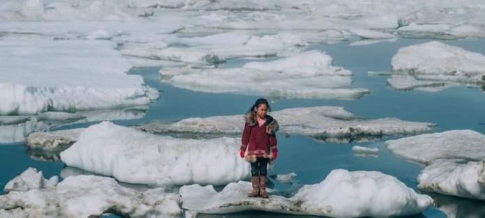 Unicef/Vlad Sokhin: Una niña camina por las capas de hielo del Ártico en Barrow, Alaska.