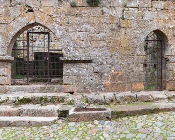 Castelo Rodrigo. Entrada al pozo cisterna con arco de herradura árabe