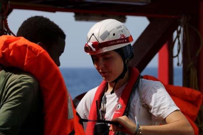 MSF/Hannah Wallace Bowman: Stefanie, líder del equipo médico de MSF a bordo de Ocean Viking, ayuda a un hombre rescatado a quitarse el chaleco salvavidas.