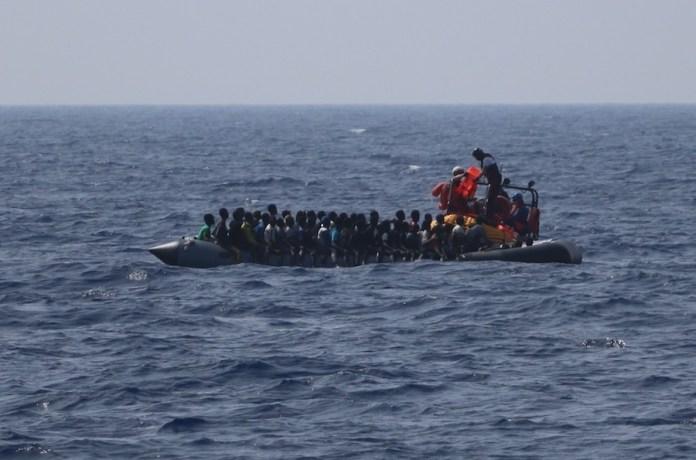 MSF/Hannah Wallace Bowman: El equipo de rescate de SOS Mediterranee en RHIB se dirige hacia un bote de goma en apuros y distribuye chalecos salvavidas a hombres, mujeres y niños.