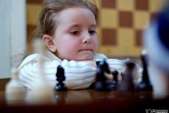 Ajedrez niña armenia ante el tablero