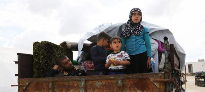 NICEF/Ahmad Al Ahmad: Una familia siria huye en la parte trasera de un cambio del conflicto en Kafr Lusein