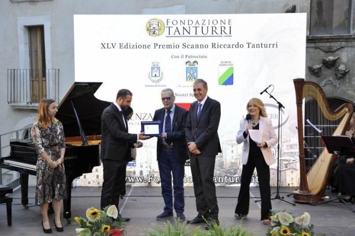 Paolo Maurensig en el centro, recibe el galardón del premio Scanno
