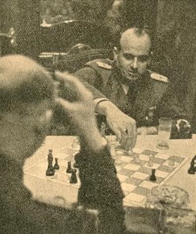 El criminal de guerra nazi Hans Frank ante el tablero