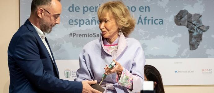 Jose Naranjo recibe el Premio Saliou Traore de Periodismo de manos de Teresa Fernández de la Vega 14OCT2019