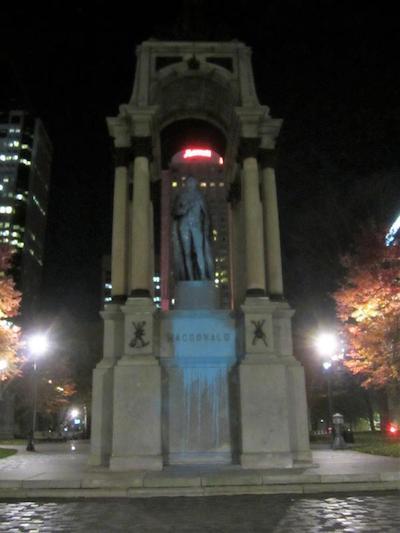 Montreal: estatua de Macdonald pintada de azul por anticolonialistas canadienses