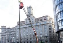 Banderas de España en plazas públicas