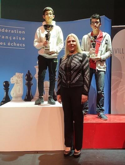 Davit Avanesyan en lo alto del podio con el trofeo de ganador de su categoría en Francia.