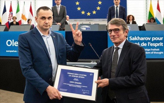 Oleg Sentsov recibe el Premio Sajarov de manos del presidente del Parlamento Europeo, David Sassoli