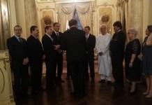Ozmani a la izquierda, aislado. De espaldas, el presidente Cortizo saluda a mandatarios, con vestimenta tradicional saharaui blanca, Brahim Gali.