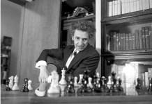 Juan José Arreola ante un tablero de ajedrez