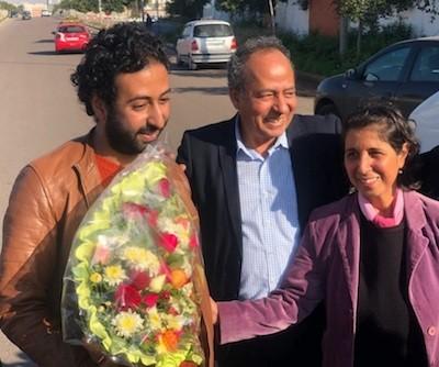 Omar Radi a la salida de prisión, con sus padres