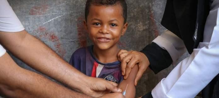 UNICEF Un niño sonríe mientras recibe la vacuna contra el sarampión y la rubeola en Aden, Yemen, gracias a una campaña de UNICEF