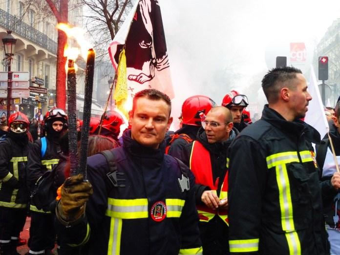Bomberos de Paris solidarios con la huelga contra la reforma de las pensiones en Francia, 5DIC2019